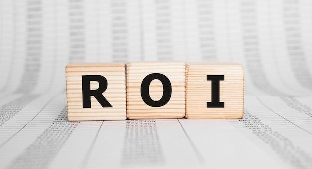 Word roi wykonany z drewnianych klocków, koncepcja biznesowa.