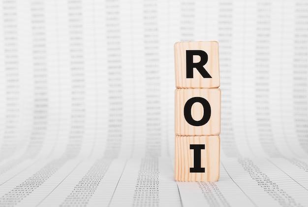 Word roi wykonany z drewnianych klocków