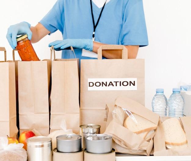 Woreczki na datki są przygotowywane na cele charytatywne