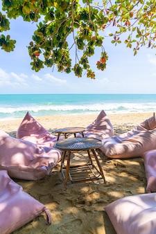 Worek fasoli na plaży z oceanem, morzem i błękitnym niebem w tle