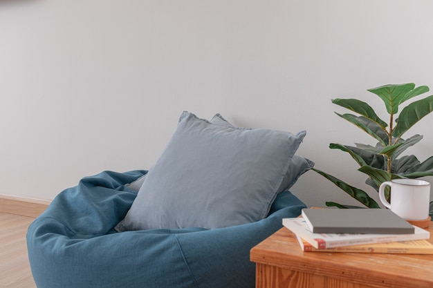 Worek fasoli w jasnym salonie z drewnianą podłogą i przezroczystą białą ścianą