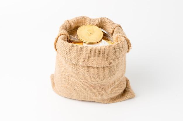 Worek na pieniądze pełen złotych i srebrnych monet ethereum