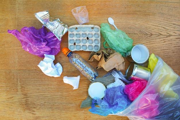 Worek na śmieci z różnymi śmieciami