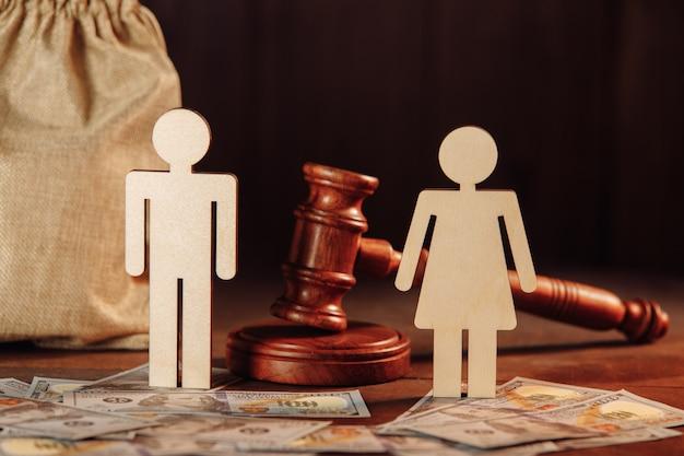 Worek pieniędzy ludzie banknoty dolarowe i sędziowie młotkują koncepcję rozwodu lub restrukturyzacji zadłużenia