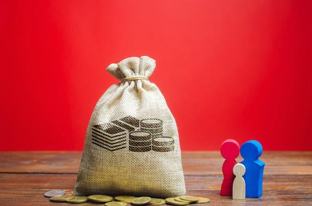 Worek pieniędzy z monetami i rodziną. koncepcja budżetu rodzinnego. oszczędności i akumulacja funduszy.