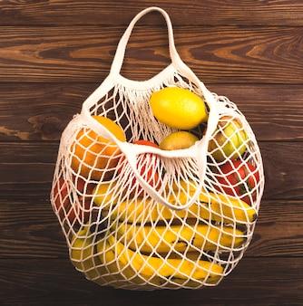 Worek strunowy pełen owoców i warzyw. eko styl życia.