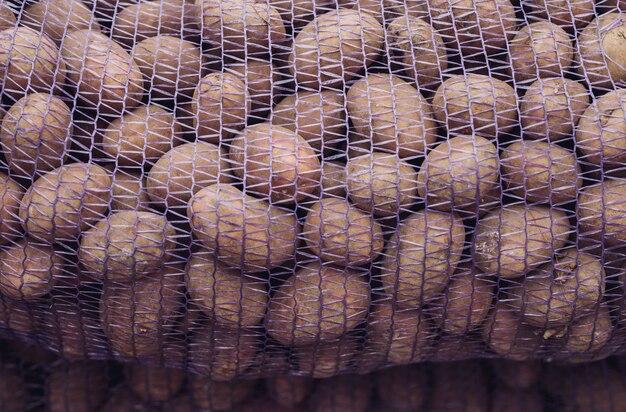 Worek surowych i brudnych ziemniaków.