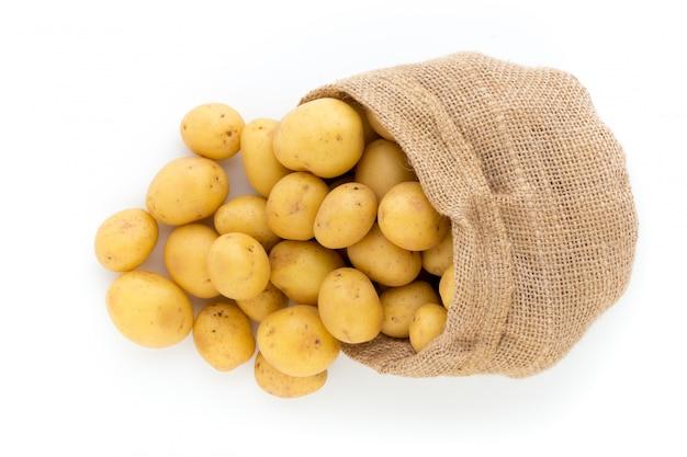 Worek świeżych surowych ziemniaków na drewniane, widok z góry
