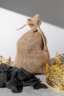 Worek węgla ze złotymi koronami w dzień trzech króli