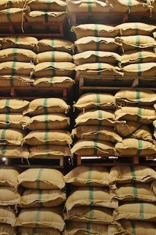 Worki ryżu w magazynie