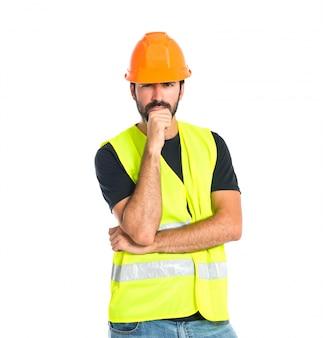 Workman myślenia nad izolowanych białe tło