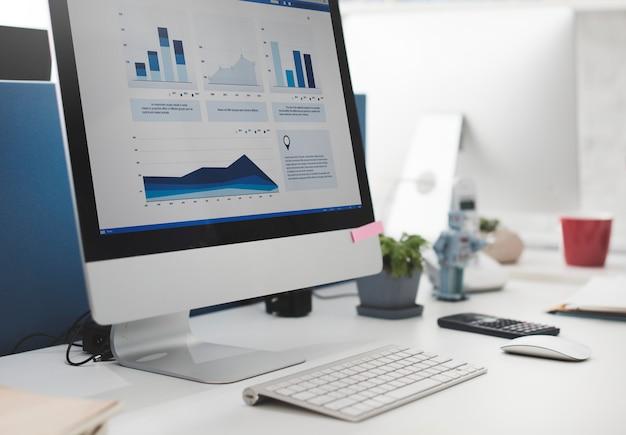 Workspace pracujący biurko księgowości analizy pojęcie