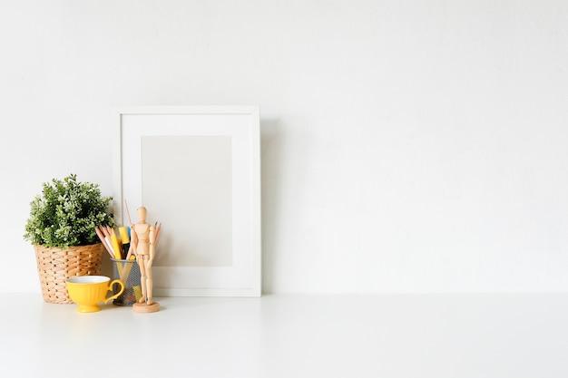 Workspace stylowy z plakatem i filiżanką kawy. biurko miejsca pracy i kopia przestrzeń.