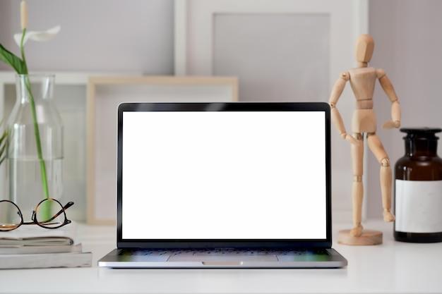 Workspace z pustego ekranu laptopem
