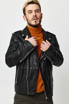 Woskowe skórzane kurtki pomarańczowy sweter blond krzaczasta broda model