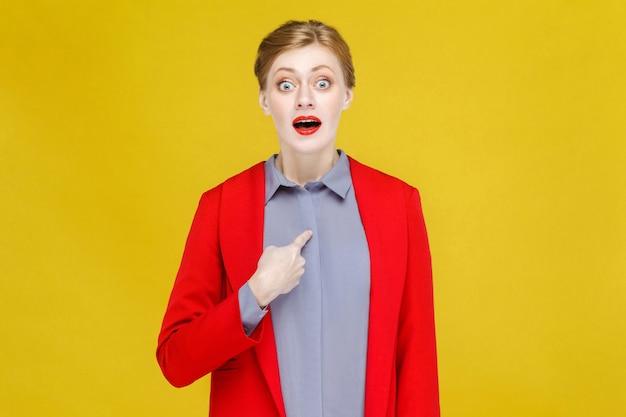 Wow, czerwona głowa biznesowa kobieta w czerwonym garniturze, wskazując na siebie i zszokowana