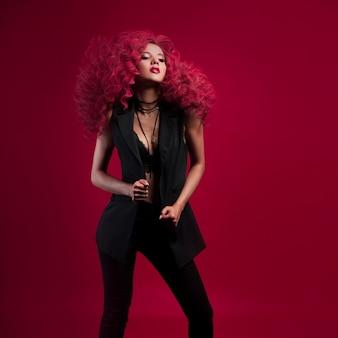 Wow, kobieta z niewiarygodnie bujnymi włosami. portret piękna młoda kobieta z czerwonym włosy