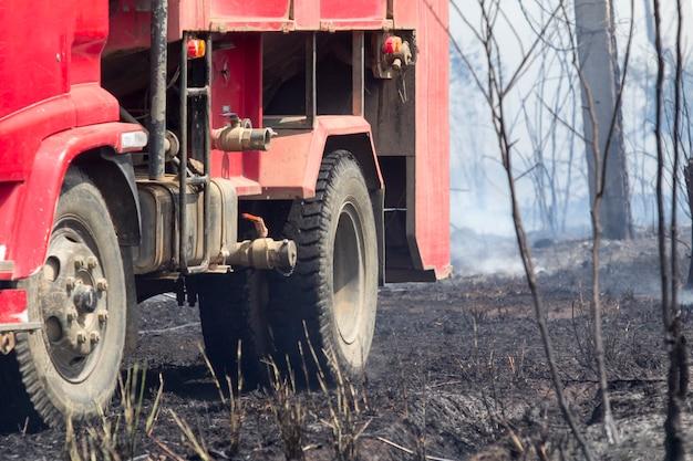 Wóz strażacki po zwalczeniu pożaru buszu