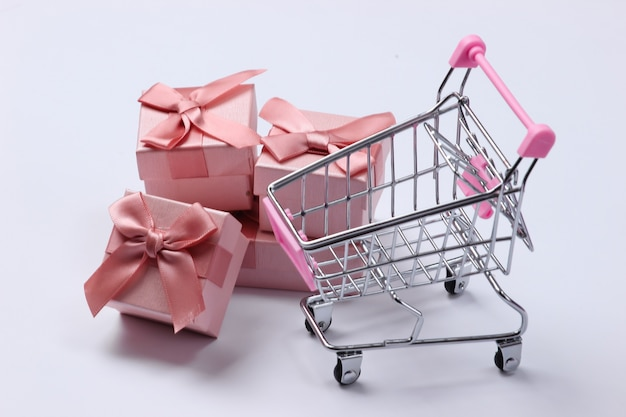 Wózek do supermarketów z pudełkami prezentowymi na białym