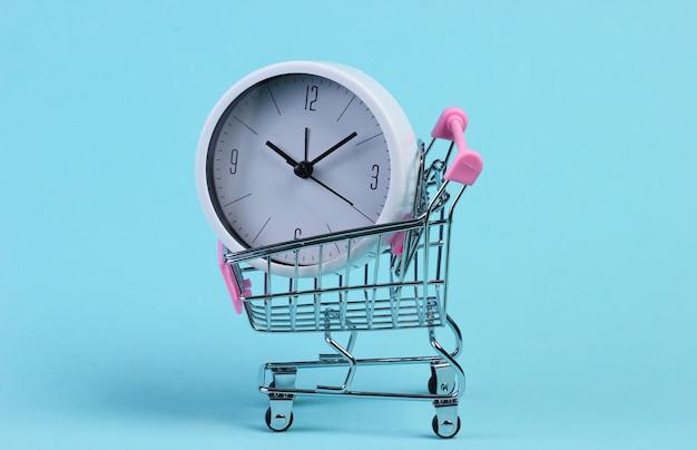 Wózek do supermarketu z zegarem na niebiesko