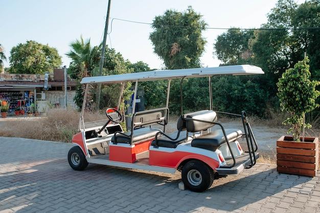 Wózek golfowy do przewozu turystów w bocznej koncepcji podróży i wypoczynku w turcji