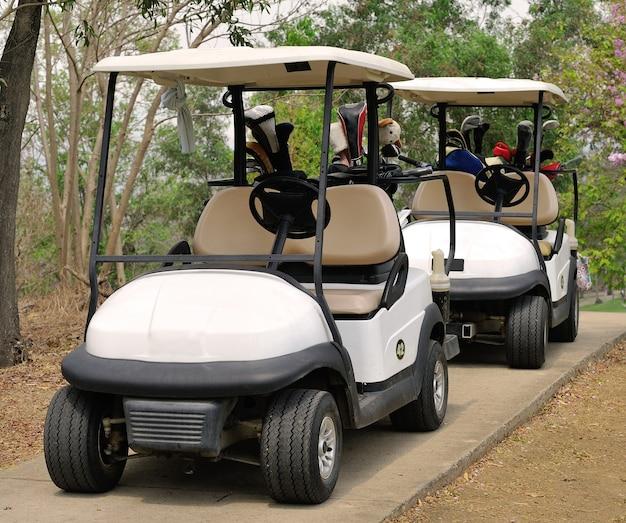 Wózek golfowy lub samochód klubowy na polu golfowym