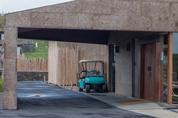 Wózek golfowy zaparkowany