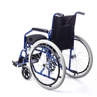 Wózek inwalidzki dla niepełnosprawnych na białym tle