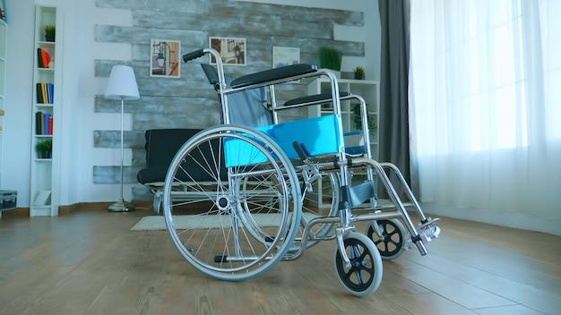 Wózek inwalidzki dla pacjenta niepełnosprawnego w pustym pokoju