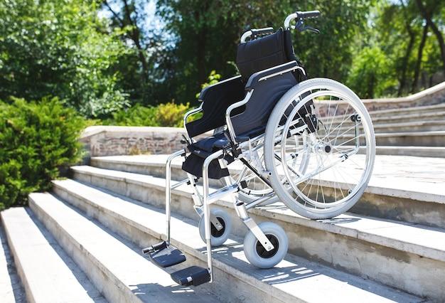 Wózek inwalidzki w pobliżu schodów.