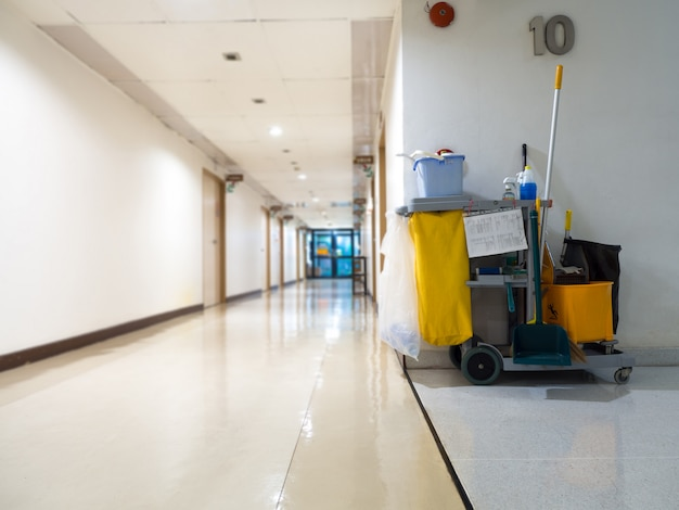Wózek na narzędzia czyszczące czeka na pokojówkę lub sprzątaczkę w szpitalu.