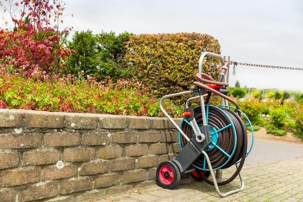 Wózek na wąż do podlewania roślin lub ogrodu. sprzęt ogrodniczy, narzędzia wodne, rura do nawadniania, nikt