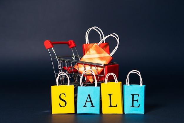 Wózek na zakupy i torba na zakupy, wyprzedaż na koniec roku, koncepcja sprzedaży w 11.11 dnia jednego dnia