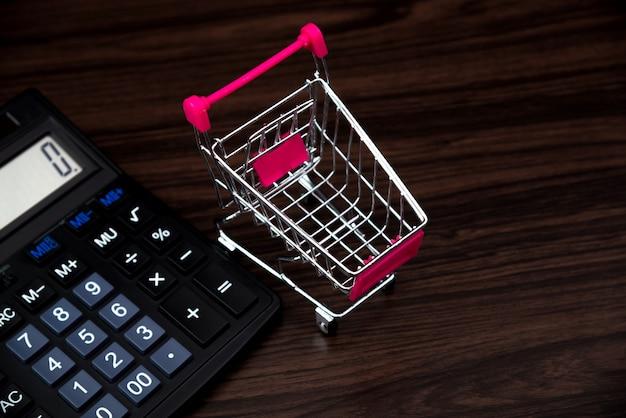 Wózek na zakupy lub supermarket i kalkulator