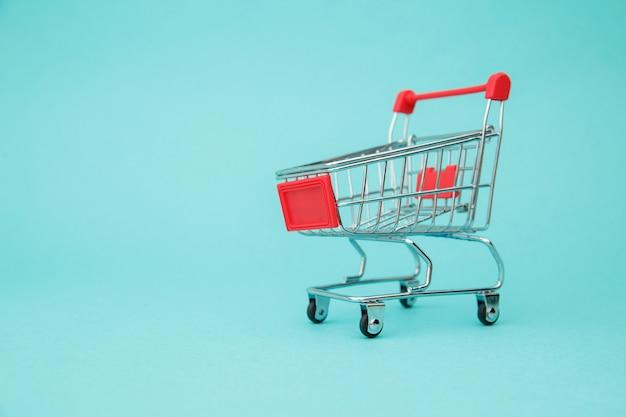 Wózek na zakupy na niebiesko.