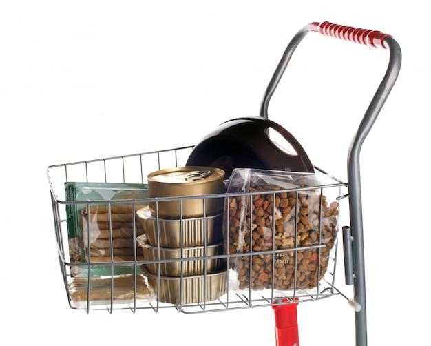 Wózek na zakupy pełen karmy dla psów