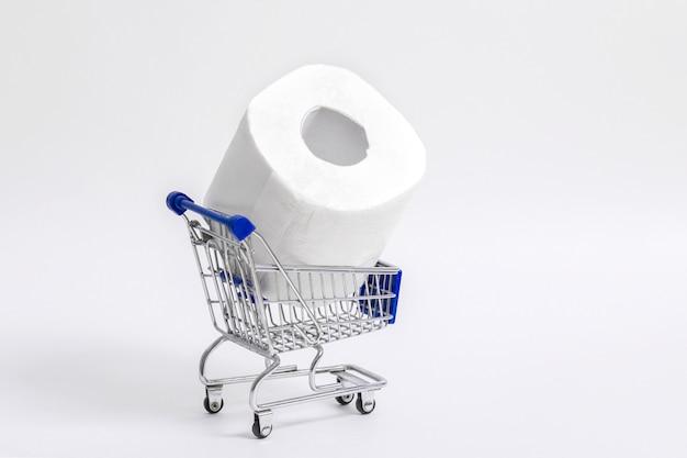 Wózek na zakupy spożywcze z rolkami papieru toaletowego. pojęcie braku papieru toaletowego w sklepach z powodu koronawirusa, covid-19