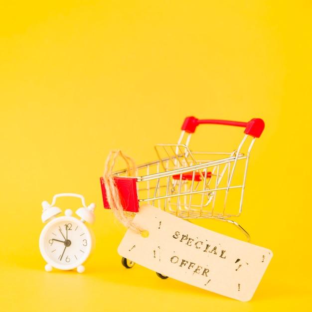Wózek na zakupy w pobliżu sprzedaży tag i budzik