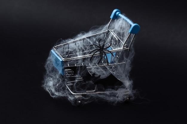 Wózek na zakupy w sieci na czarno. motyw halloween.