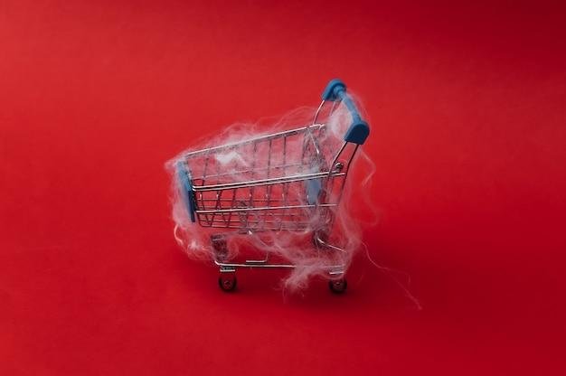 Wózek na zakupy w sieci na czerwono. motyw halloween.
