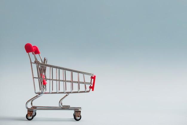 Wózek na zakupy z czerwoną rączką