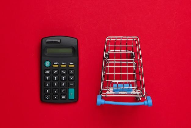 Wózek na zakupy z kalkulatorem na czerwono.
