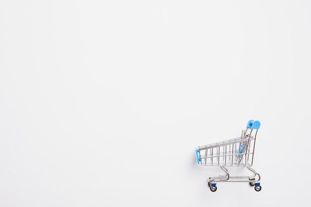 Wózek na zakupy z niebieską rączką