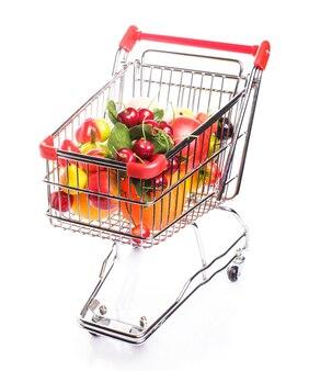 Wózek na zakupy z owocami na białym tle