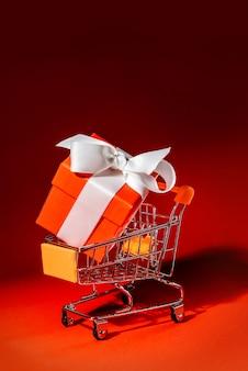 Wózek na zakupy z pudełkiem prezentowym