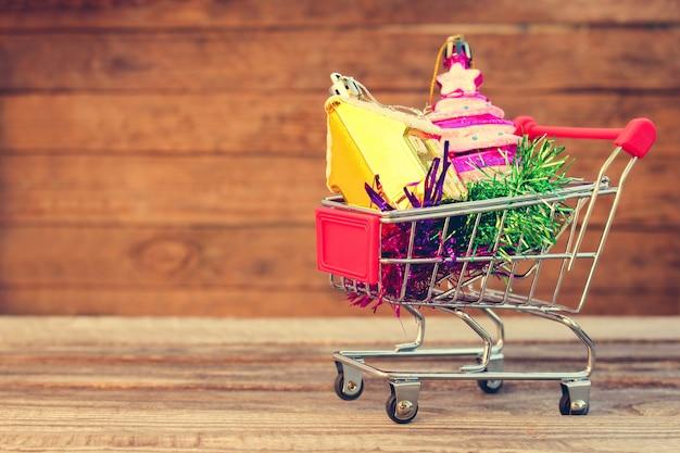 Wózek na zakupy z świąteczną dekoracją