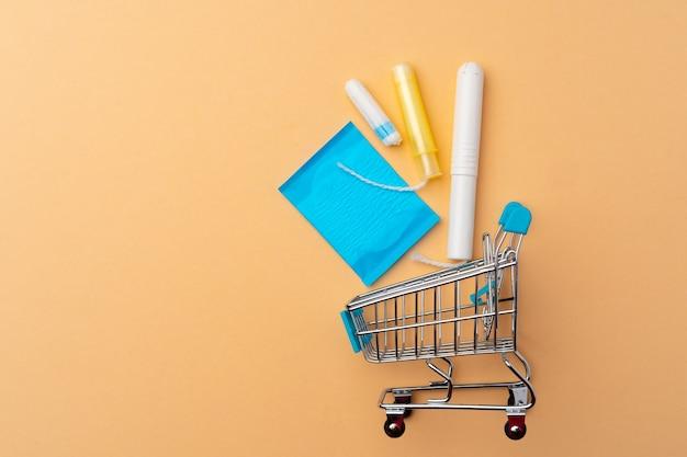 Wózek na zakupy z tamponami i podpaskami medycznymi