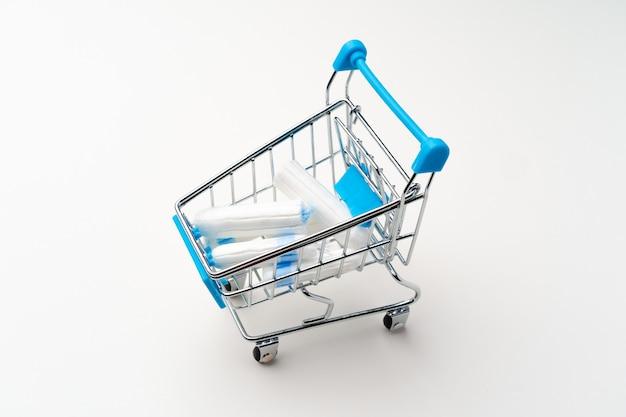 Wózek na zakupy z tamponami medycznymi