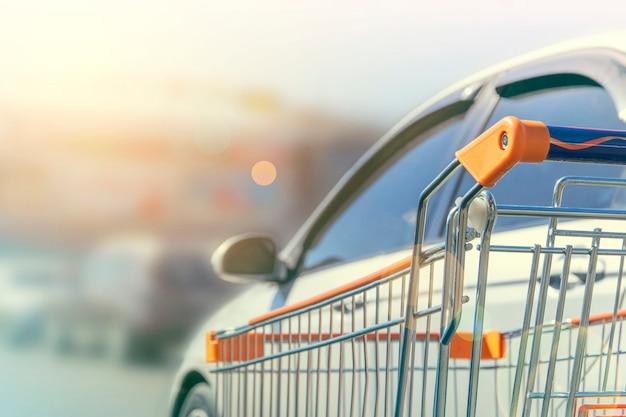 Wózek na zakupy znajduje się obok samochodu
