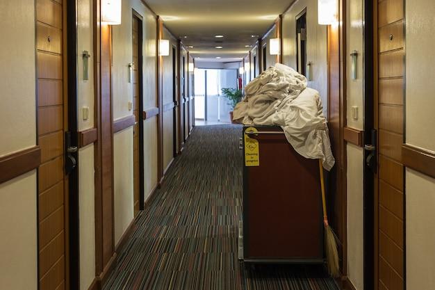 Wózek pokojówki z ręcznikiem w hotelu